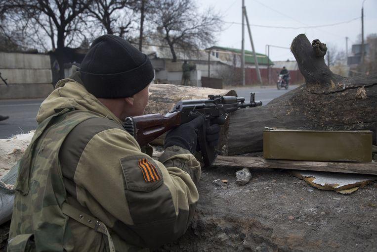 Een pro-Russische rebel bij een checkpoint, vlak bij het vliegveld van Donetsk. Beeld ap
