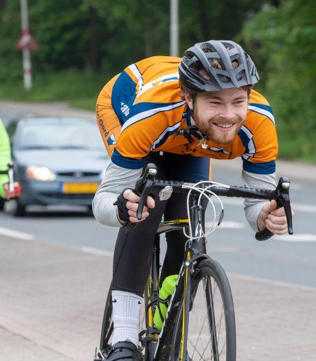 Studenten fietsen 103 keer Grebbeberg op en neer voor het goede doel: 'Daarna ijskoud biertje'