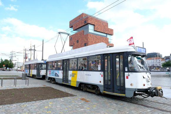 Tram 7 rijdt naar het MAS