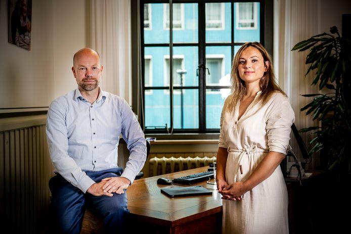 Wethouder Michiel Grauss en Mirlinda Rahmani van Hulpteam Toeslagen 010.