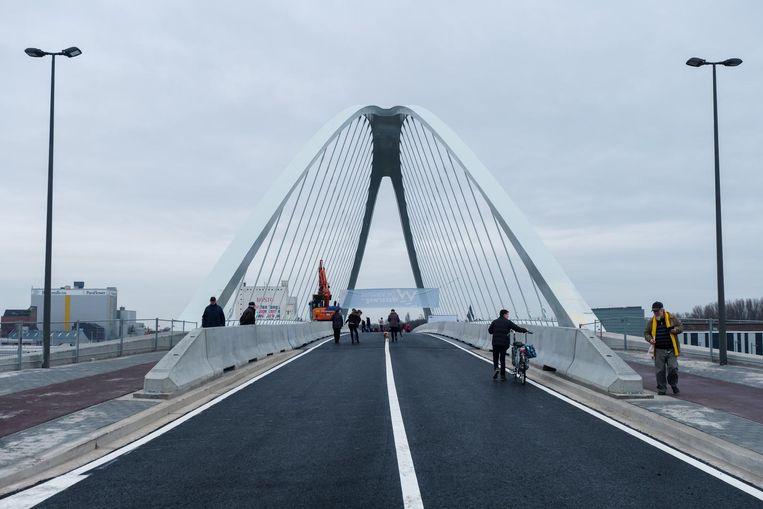 Op de plaats van de oude brug kwam een nieuwe metalen boogbrug.