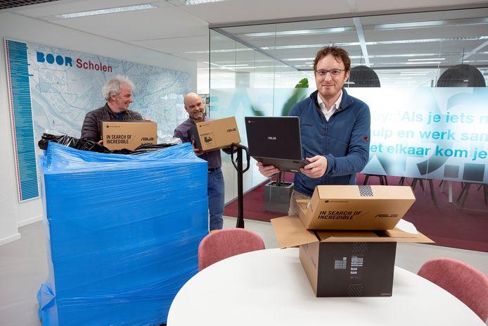 Stichting BOOR nam als eerste hun deel van de laptops in ontvangst.