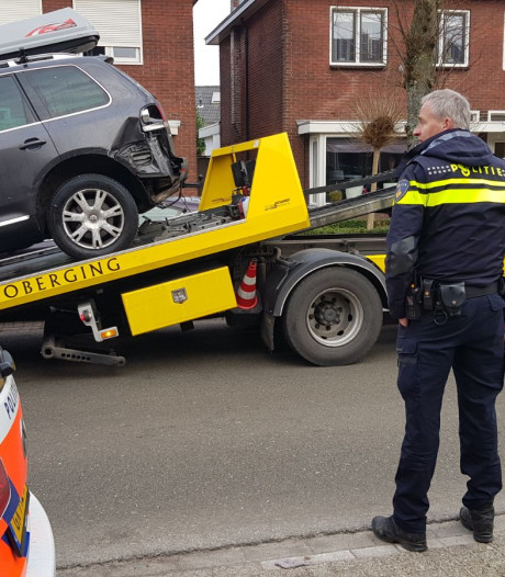 Automobilist in Enschede ramt geparkeerde auto