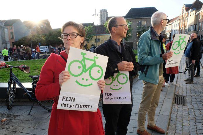 MECHELEN - Opening van grootste fietszone van Vlaanderen in Mechelen. Enkele mensen moedigden de eerste fietsers aan.