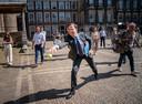 Demissionair premier Mark Rutte probeert een tennisbal te vangen, na afloop van een gesprek met informateur Mariette Hamer