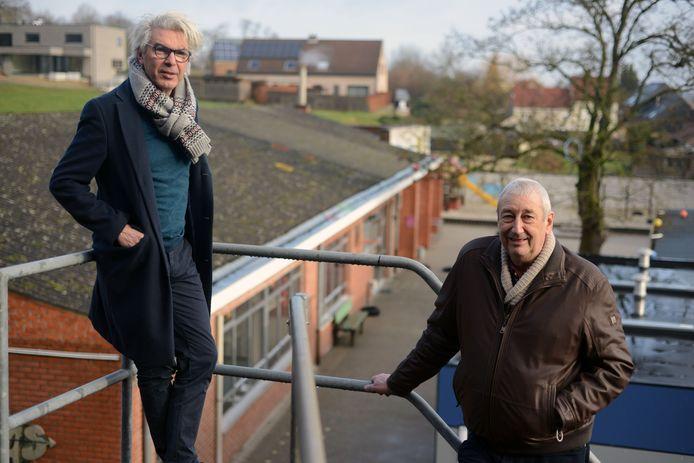 Burgemeester Danny Van Goidtsenhoven en buurtbewoner Luc Decoster op de plaats waar nieuwe school komt in Loonbeek.