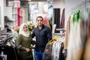 Het Syrische stel Noor Alhaji (links) en Abulaziz Otabashi van Noor Fashion in de kledingzaak.