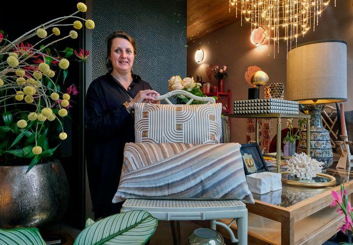 Jantine Lindler in haar nieuwe zaak Atelier Dieudonnee. In de korte tijd dat het kleine warenhuis geopend is, heeft Jantine al gemerkt dat dit veel meer is dan gewoon een winkel.