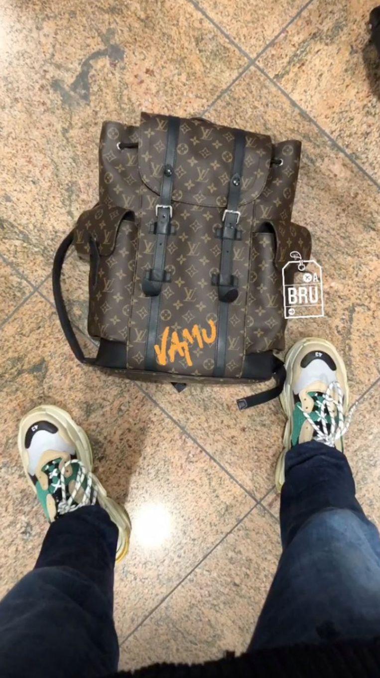Met een tas van Louis Vuitton vertrekt Conrad op vakantie.
