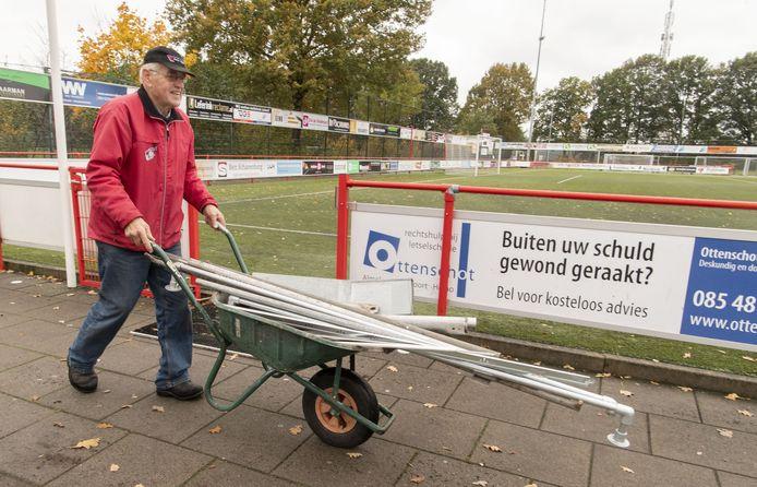 Henk Dikkers en de vrijdagmorgenploeg zijn op vrijdagmorgen aan het werk met extra onderhoudsklussen om ook in coronatijd nog sociale contacten te onderhouden.