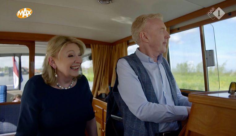 Janny van der Heijden en André van Duin nemen je mee in hun scheepje over de Nederlandse waterwegen en direct wordt je kijk op Nederland mild. Beeld