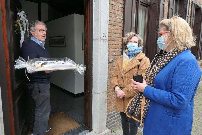 Aangezien de nieuwjaarsreceptie digitaal werd georganiseerd, kreeg Guido Knops een afscheidsgeschenk aan de deur.