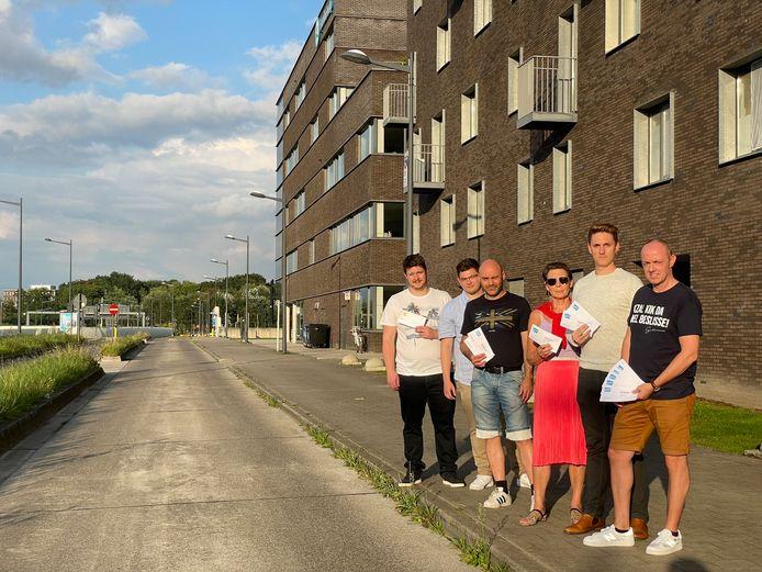 Enkele bewoners van de appartementsgebouwen in de Hélène Dutrieulaan tonen de boetes die ze de afgelopen weken verzamelden
