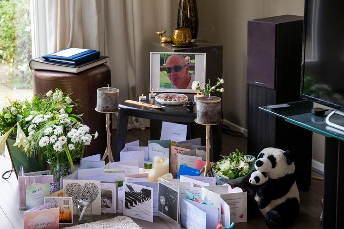 De foto van Werner Kok, omringd door condoleancekaarten, op het altaar dat Bahar voor hem in de kamer maakte.