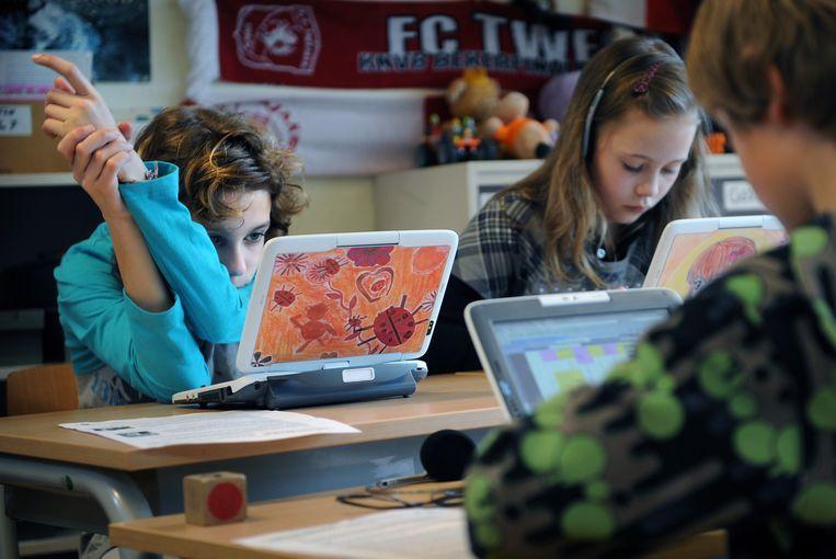 Leerlingen van basisschool De Schakel in Eibergen doen mee aan een experiment van het Surfnet/Kennisnet Innovatieprogramma.  Beeld Marcel van den Bergh