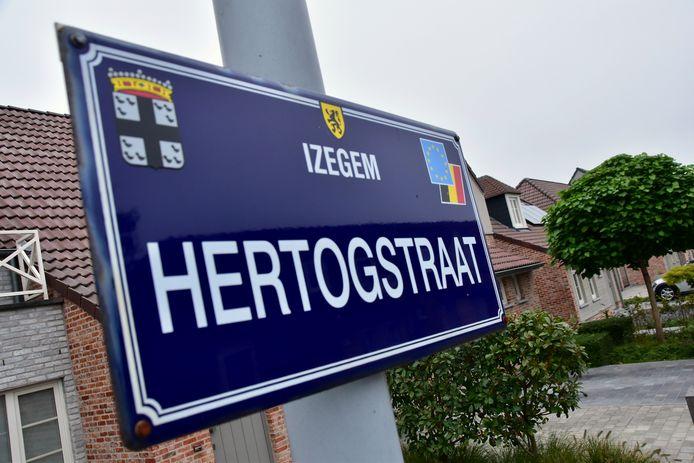 Het bizarre ongeval deed zich voor in de Hertogstraat in de Izegemse deelgemeente Emelgem.