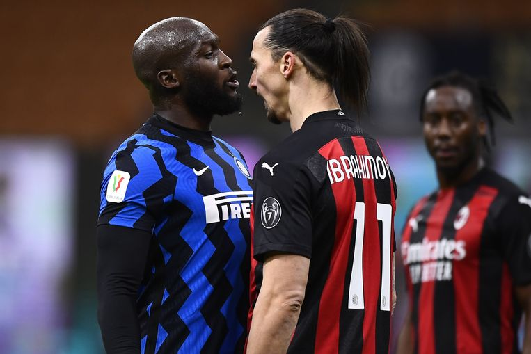 Romelu Lukaku (Inter) en Zlatan Ibrahimovic (AC Milan) staan neus aan neus in de Coppa Italia, dinsdagavond. Beeld Photo News