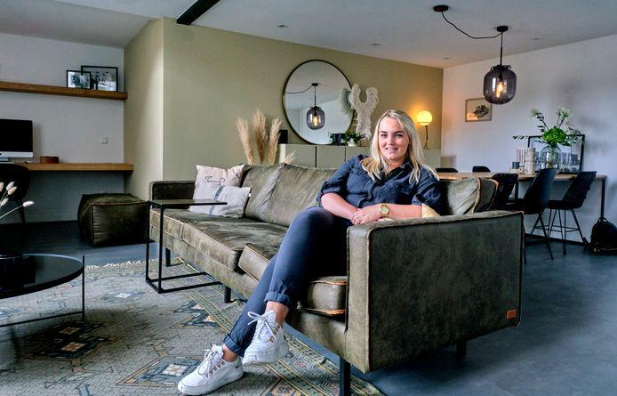 """Marloes Zorg in haar loft in de oude LTS aan de Reeweg-Oost in Dordrecht. ,,Als ik mijn stijl moest definiëren zou het toch urban chique zijn."""""""