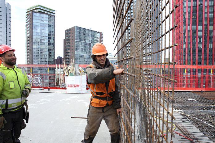 Bouwvakkers werken aan de Terraced Tower, aan de Boompjes.