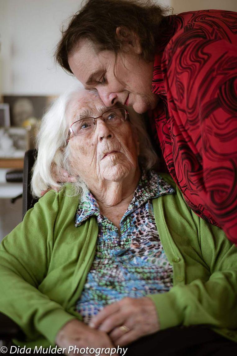 Corrie en haar moeder Willy.  Beeld Dida Mulder