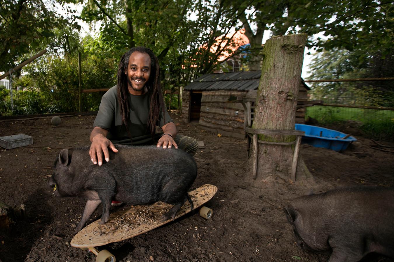 Marlon Kicken bij zijn boerderij in Sint-Oedenrode