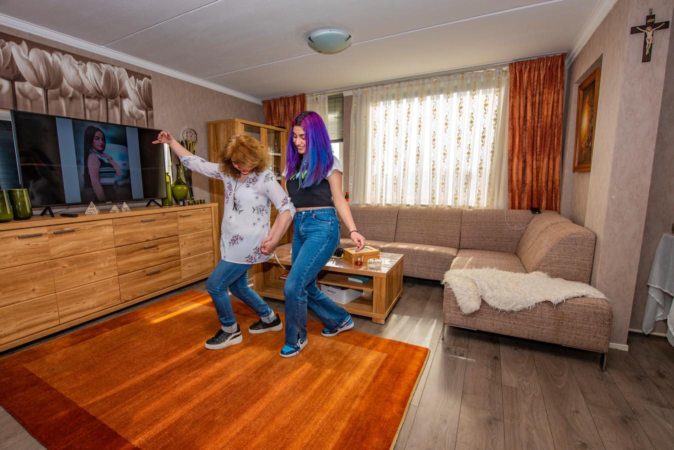Haagse nieuwe Mariam Maqdis Afrim danst met haar moeder, die in Wateringen woont.