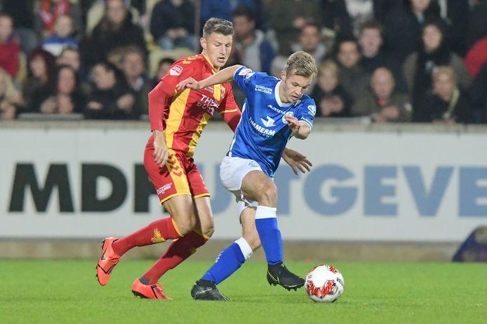 Rik Mulders in duel met Jenthe Mertens van Go Ahead Eagles.