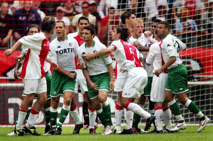 De gemoederen lopen hoog op bij Ajax-Feyenoord als Hossam Ghaly het aan de stok krijgt met Zdenek Grygera.