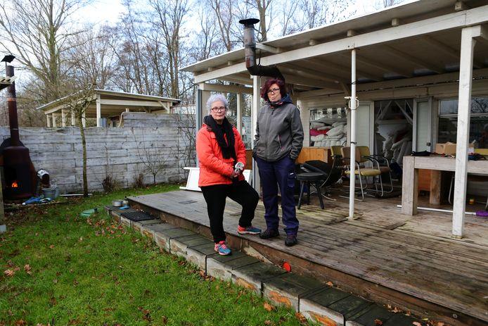 Jet Valk (links) en haar echtgenoot Ellen Verkoelen moeten net als 150 andere hun huisje op camping De Visotter verlaten omdat het park verkocht is.