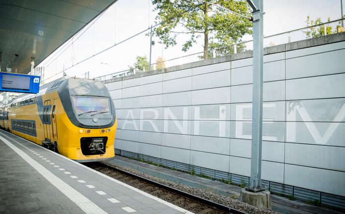 Een trein bij het station van Arnhem.