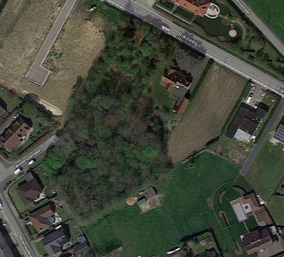 Een facebookpost van Natuurpunt De Vlasbek zorgt voor heel wat discussie en ongerustheid. Er loopt momenteel een openbaar onderzoek om een woonproject te realiseren op de plaats waar nu een klein bos ligt, langs de Rijksweg.