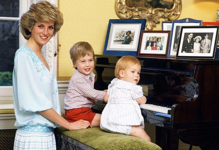 Prinses Diana met haar zoons bij de piano in Kensington Palace. Beeld Tim Graham Photo Library via Get