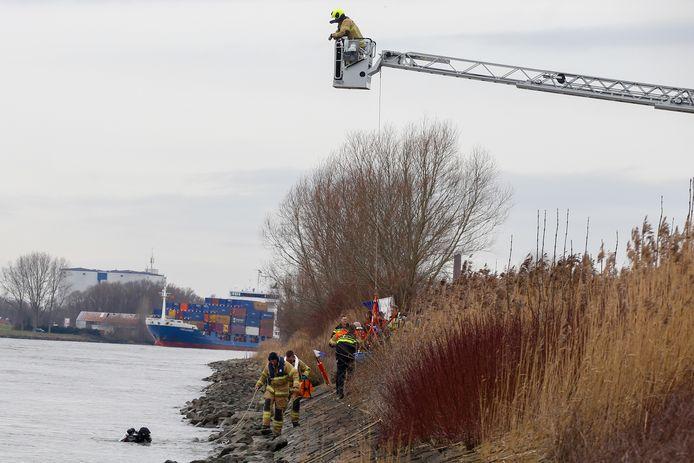 De brandweer rukte uit naar Zwijndrecht om te zoeken naar een mogelijk voertuig dat te water was geraakt in de Oude Maas.