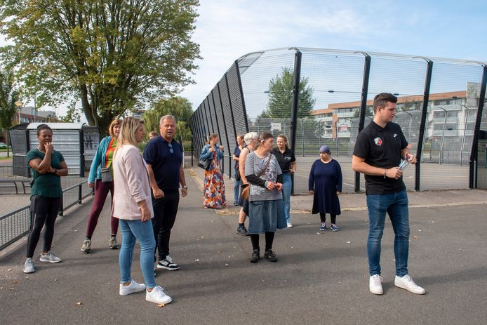 De eerste wandeling met de huisarts, sportcoaches en lifestylecoaches. Vooraan in roze jasje Marlou Peeters met rechts naast haar oud-voetballer van FC Utrecht en trainer Gert Kruys. Geheel links Shareen Richardson.