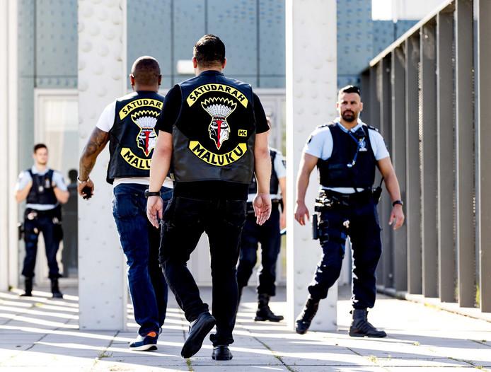 Leden van de Satudarah Motorcycle Club bij het het Justitieel Complex Schiphol waar de rechtbank Den Haag de club vorig jaar in een civiele procedure verbood.