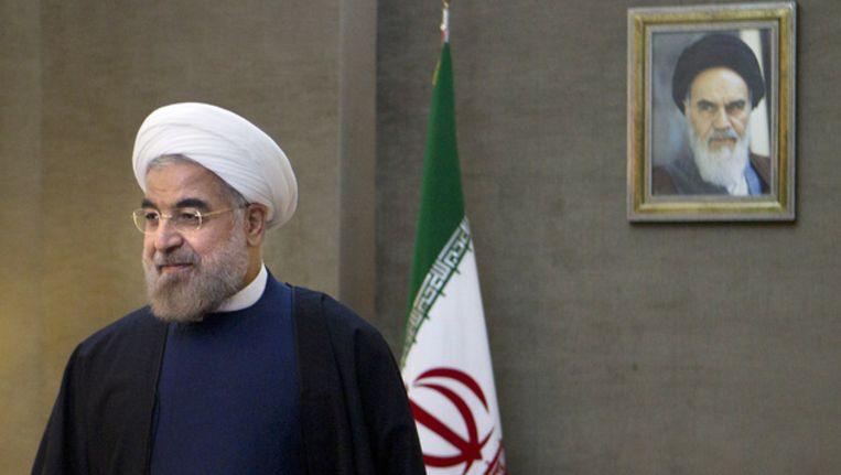 De Iraanse president Rohani. Op de achtergrond een portret van ayatollah Khomeini Beeld ap
