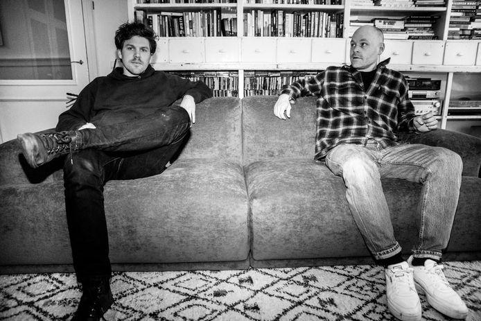 Dennis Platvoet (links) van De Nieuwe Oost en Junte Uiterwijk van Hiphoplabel Fakkelteit Recordings. De twee gaan samenwerken in het begeleiden van nieuw hiphoptalent.