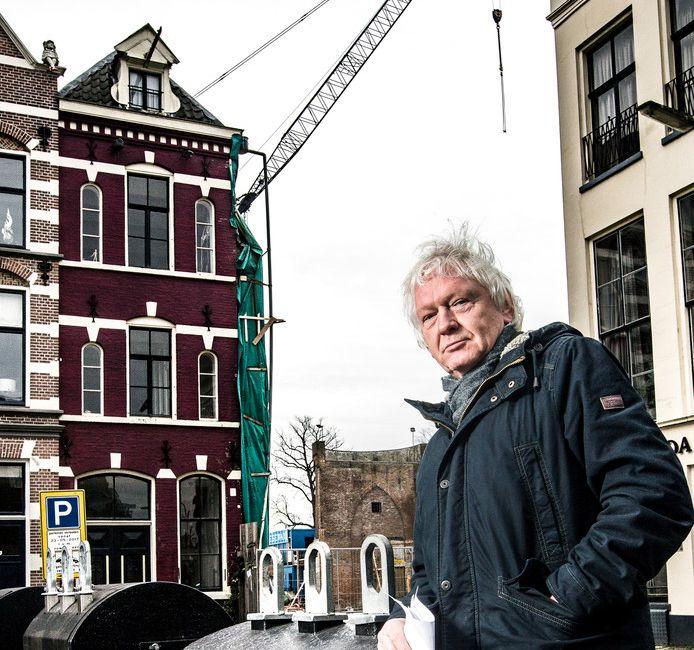 Buurman Jacques Struis voor het pand naast de bouwput van Viking.