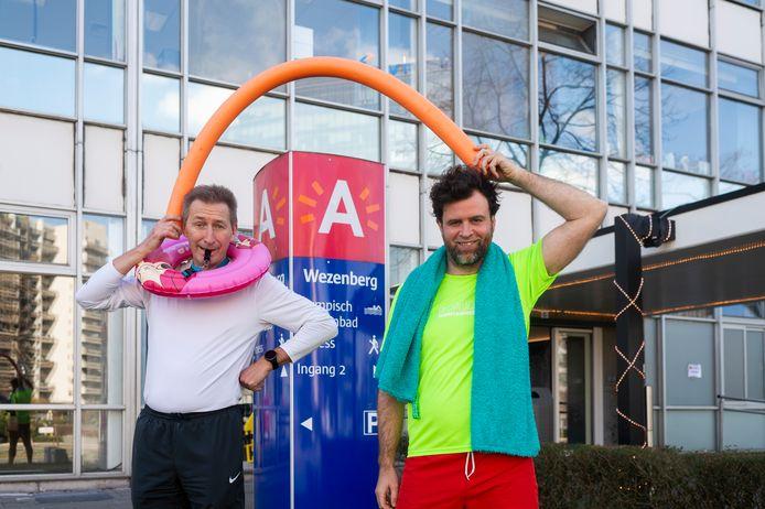 Ben Rottiers en Kristof Vissers (PVDA) protesteren aan de Wezenberg tegen de prijsverhogingen van sporthallen en zwembaden in Antwerpen.