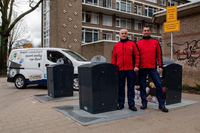 Afvalcoaches Mario Dielemans en Maurice Uitslag aan de Norbertusstraat.