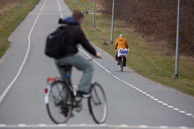 Arbeidsmigranten fietsen naar de Bosruiter in Zeewolde, een huisvestingslocatie voor arbeidsmigranten. Beeld Herman Engbers