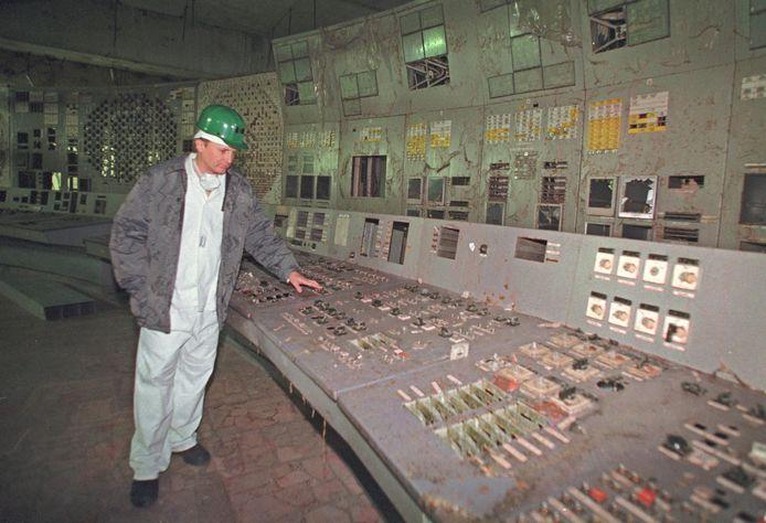Een ingenieur bij het door ontploffing in 1986 verwoeste controlepaneel van de vierde reactor van de kerncentrale in Tsjernobyl.