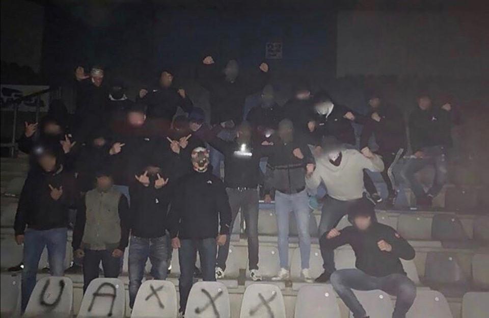De hooligans die delen van het stadion hebben bespoten met graffiti