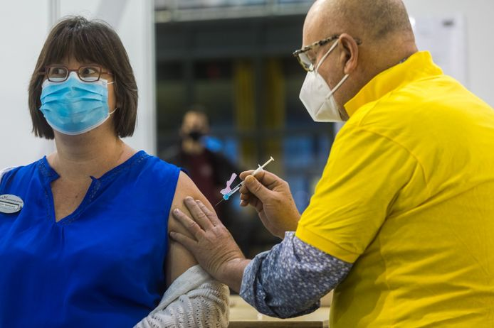 Directielid Thieu Smeets van de GGD Brabant Zuidoost zette vrijdag vaccins tijdens de start van het inentingsprogramma tegen het coronavirus in Eindhoven.