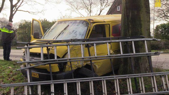 Het busje botste tegen een boom in Winterswijk.