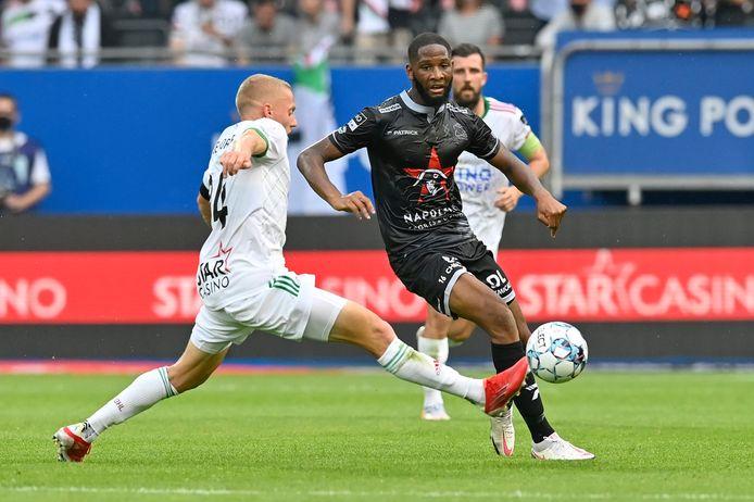 Onder het oog van Xavier Mercier tracht Abdoulaye Sissako de bal voorbij Casper De Norre te krijgen tijdens de openingsmatch op OH Leuven. De 23-jarige Malinese Fransman stond tot veler verrassing in de basisploeg bij Zulte Waregem.