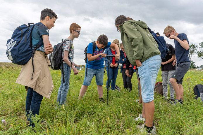 Leerlingen van het Goese Lyceum onderzoeken de grond in Hoedekenskerke.