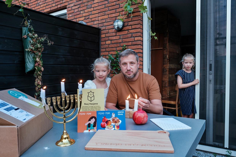 Hein Piller de Bruijn met zijn dochters: 'Ook voor de kinderen is dit een mooie kennismaking'.