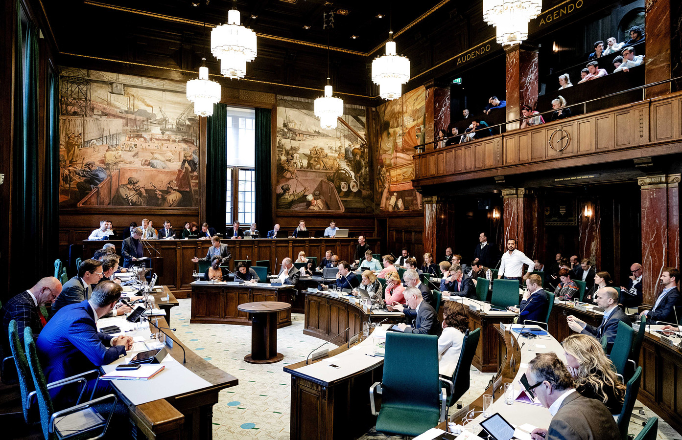 De Rotterdamse gemeenteraad debatteert over de demonstratie bij het Turkse consulaat en de rol daarin van de Turkse consul-generaal in Rotterdam, Sadin Ayyildiz.