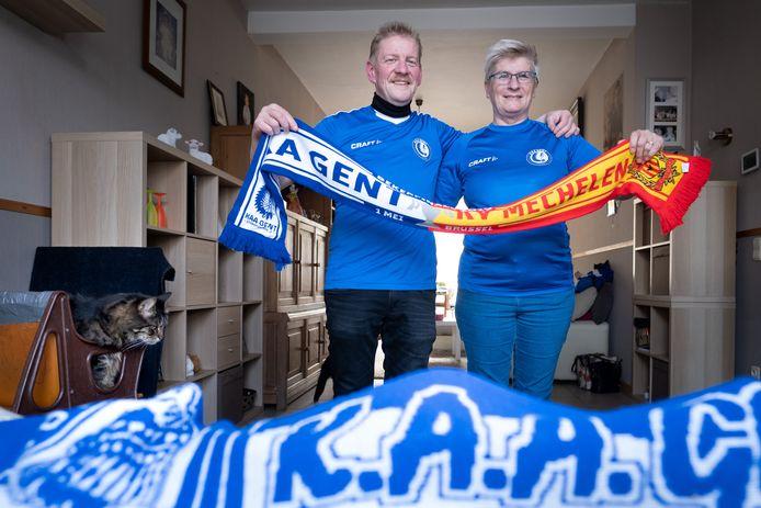 Marc Colombeen en Marina Vandevenne uit Mechelen supporteren woensdag tijdens de bekerfinale voor AA Gent